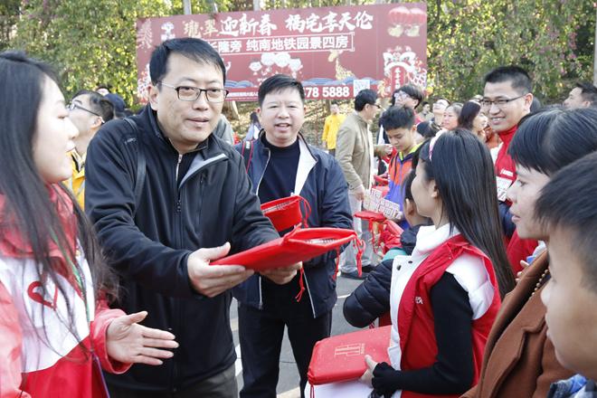 省摄协主席李洁军、副主席姚广滨给到广州过年的广西留守儿童发放小礼物.jpg
