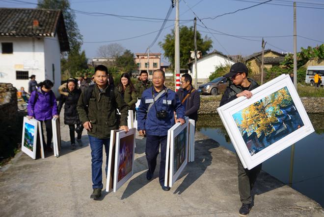 韶关小分队将摄影展带进村中.jpg