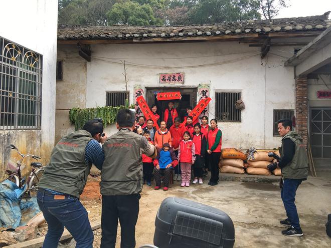 梅州小分队给村民拍合影01.jpg