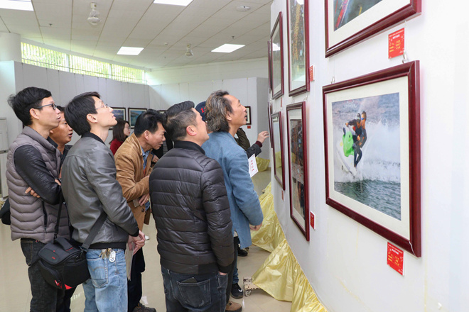 市民们观看汕尾小分队带来的摄影展.jpg