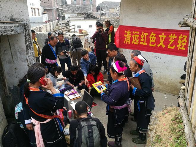 瑶族民众拿到了清远小分队冲印装裱好的照片.jpg