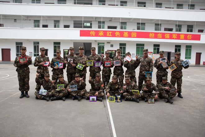 清远市武警广东总队清远支队执勤一大队收到了清远小分队的礼物.jpg