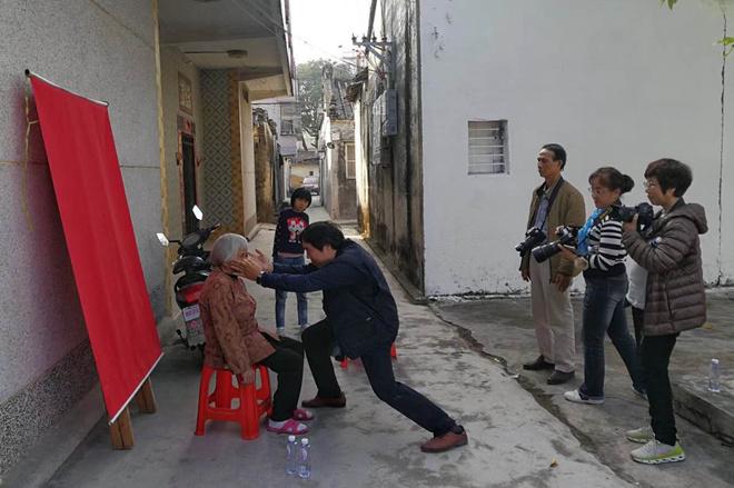 揭阳小分队让行动不便的老人在家门口就能拍到照片.jpg