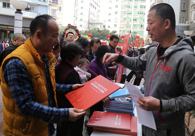 企业家摄影协会(深圳)小分队向群众发放党的十九大学习资料.jpg