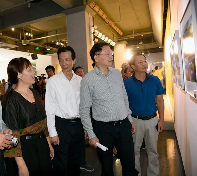 领导嘉宾观看展览 李满青摄.jpg